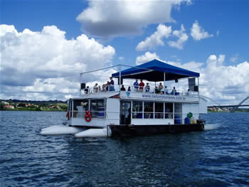 THE GUIDE promotes boat ride in Lake Paranoá