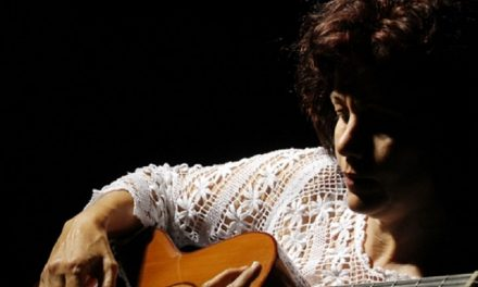 Acoustic guitar performance by Maria do Céu at Casa Thomas Jefferson in Asa Sul